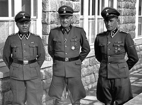 Kommandant Franz Ziereis with SS staff at KL Mauthausen (110,622 bytes)