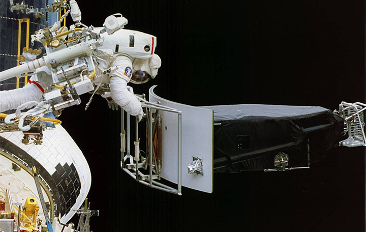 Hubble Space Telescope WFPC 1 removal (84,859 bytes)